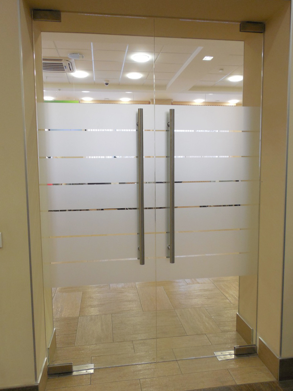 Маятникові скляні двері