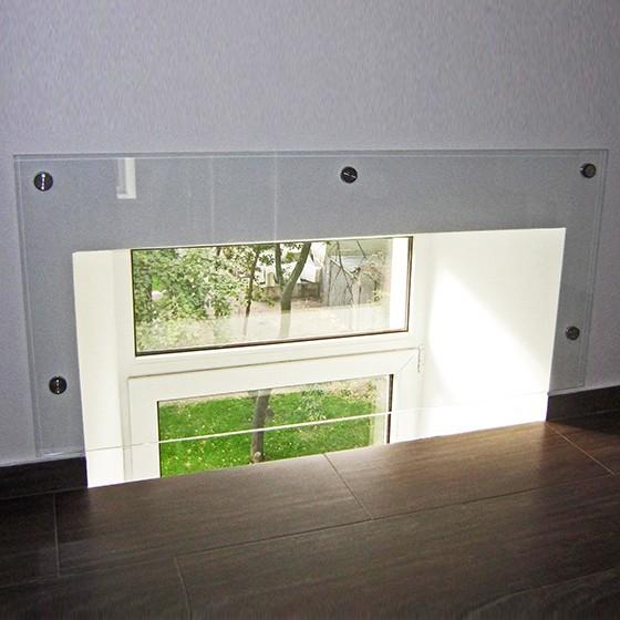 Скляне огородження віконного проєму